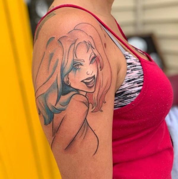 Tatuagem feminina da arlequina