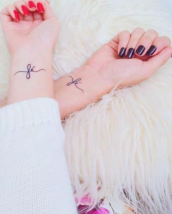 Tatuagens femininas no pulso 23