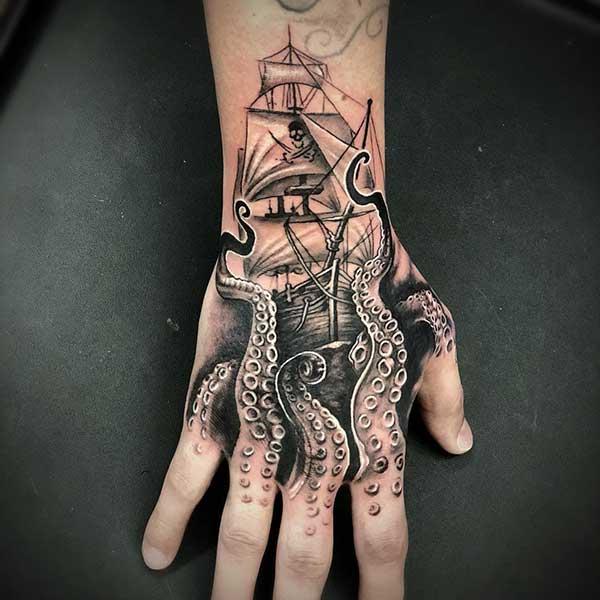 Tatuagens fundo do mar preto e branco na mão