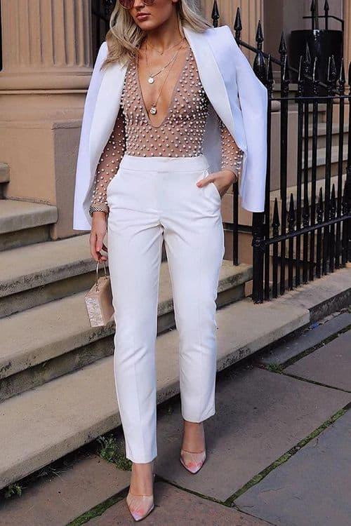 Terno branco com blusa nude com bolinhas