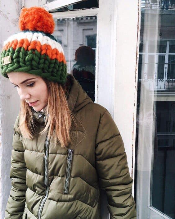 Touca de tricô maxi verde e laranja com pompom