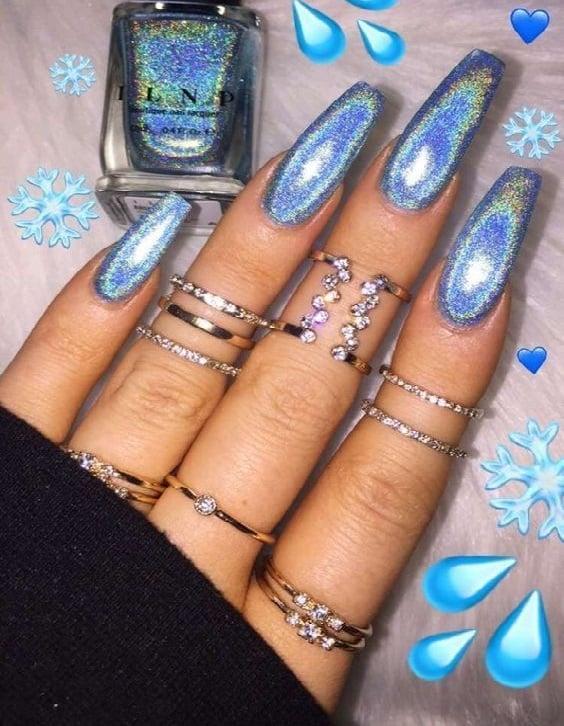 Unhas compridas pintadas de azul 1