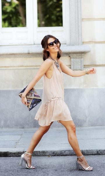 Vestido soltinho nude com sandália prateada