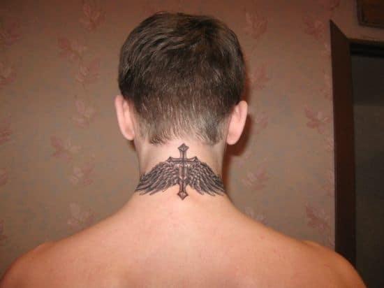 cruz com asas na nuca
