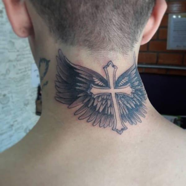 cruz e asas tatuadas na nuca