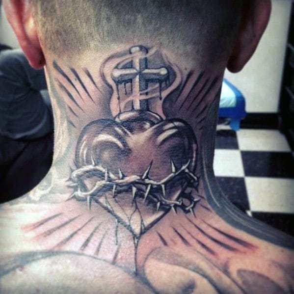 cruz e coração tatuados na nuca