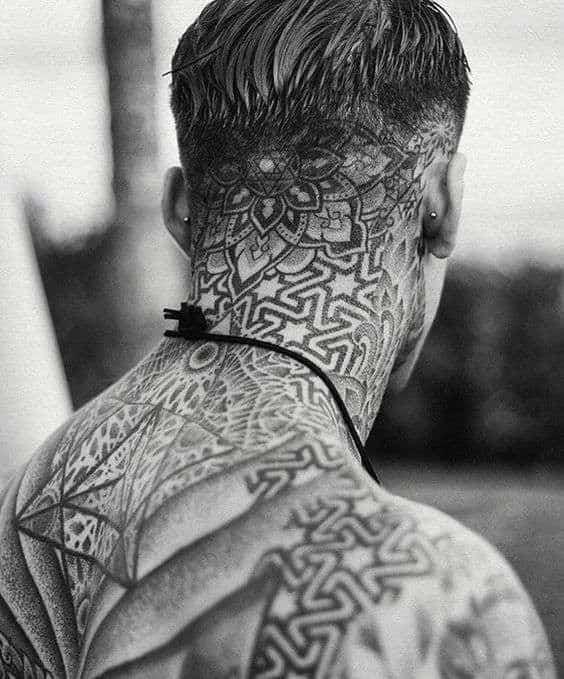 mandala tatuada na nuca