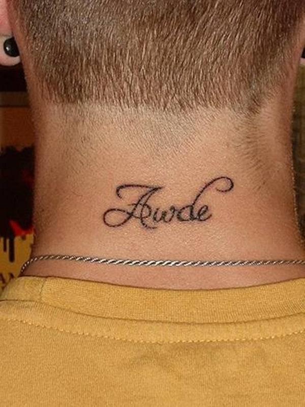 tattoo de frase na nuca