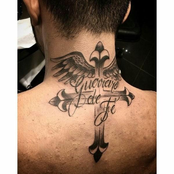 tatuagem de cruz na nuca com frase