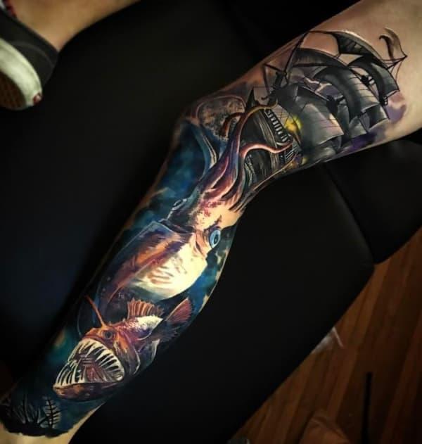 tatuagem fundo do mar na perna realista