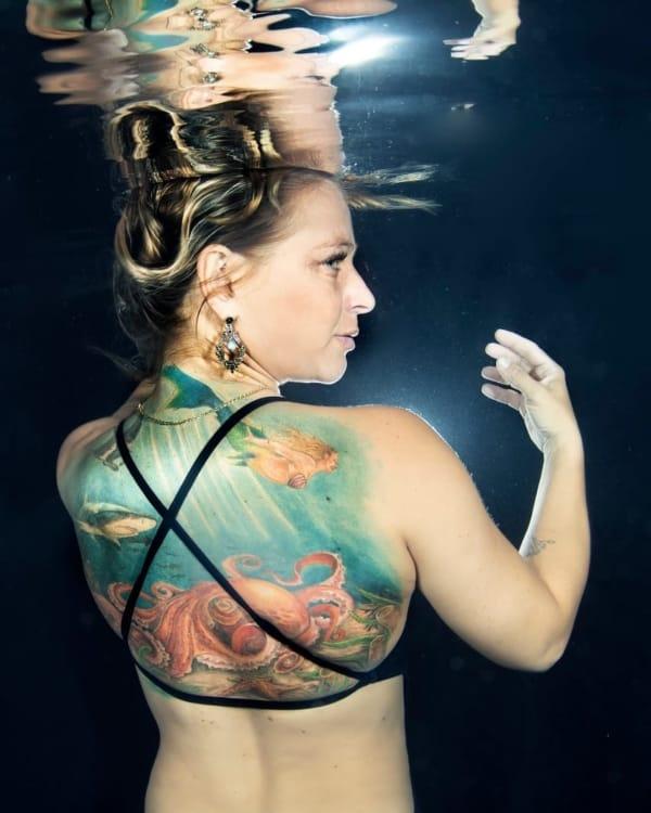 tatuagem fundo do mar nas costas feminina