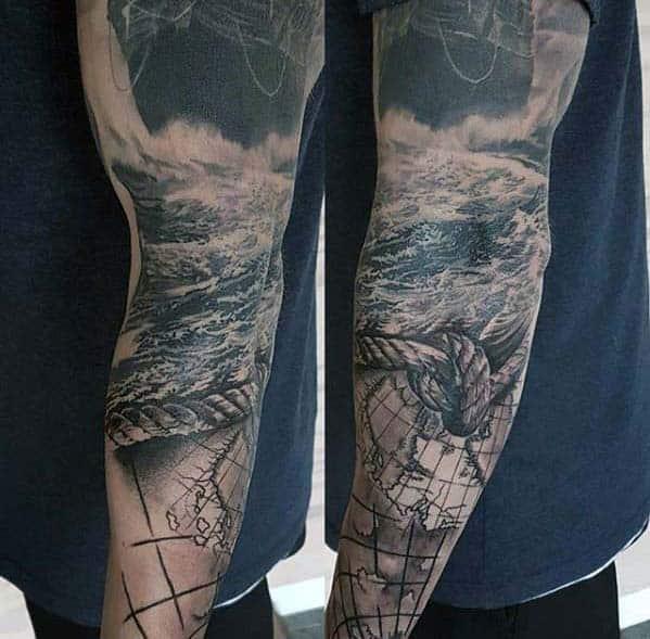tatuagem fundo do mar no braço preta