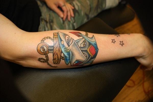 tatuagem fundo do mar no braço simples
