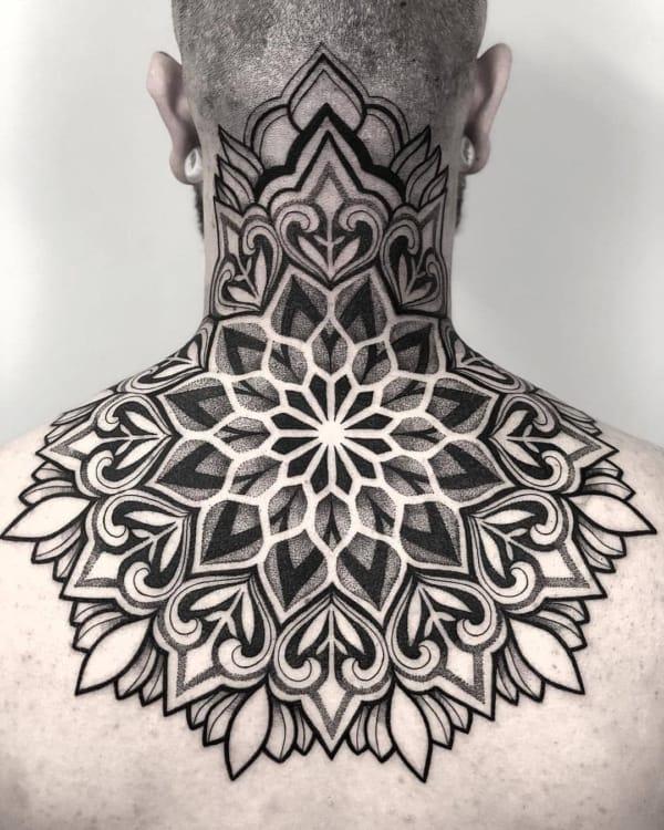 tatuagem grande de mandala na nuca