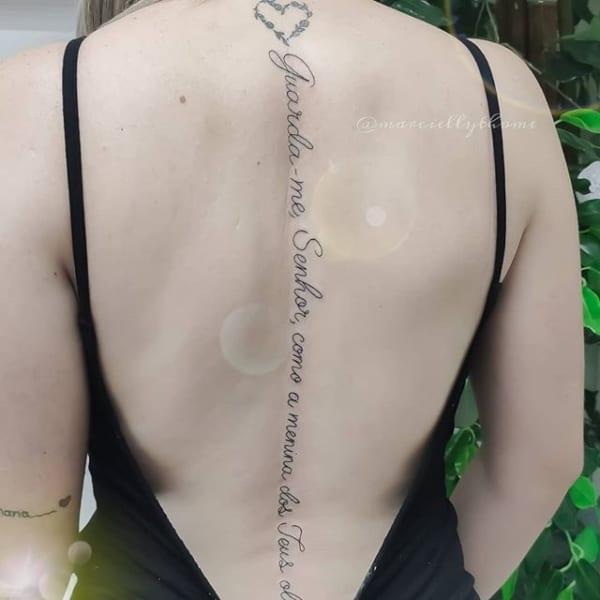 tatuagem na coluna com frase biblica