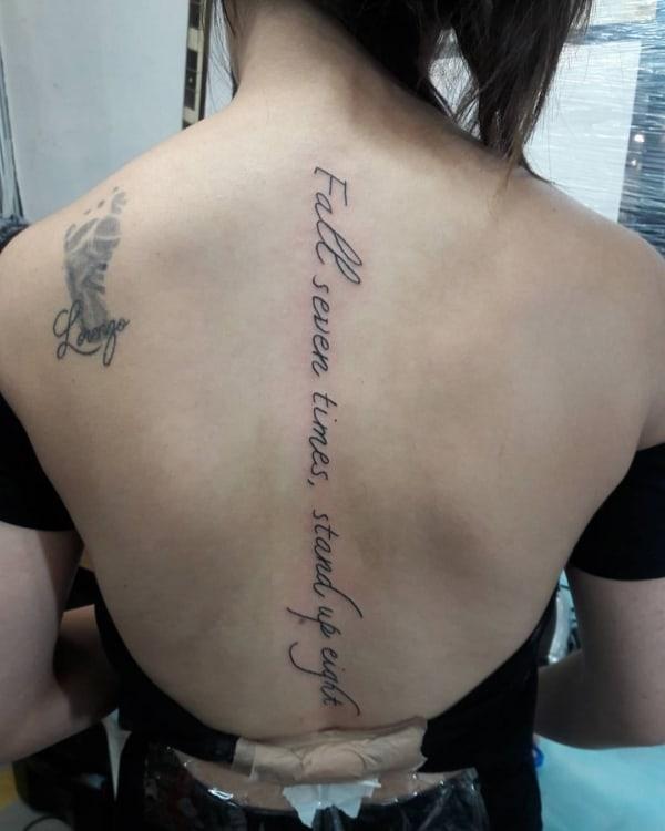 tatuagem na coluna com frase em ingles