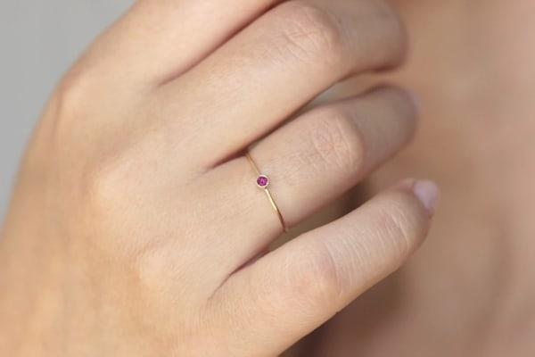 anel solitário delicado com rubi