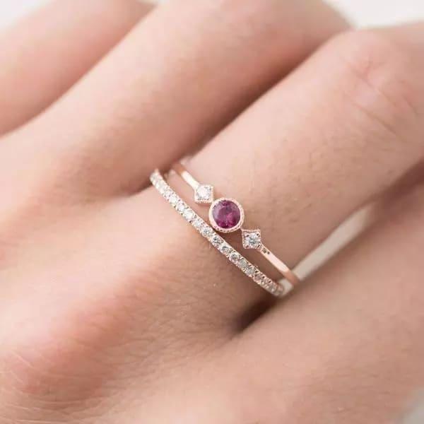 anel delicado em ouro rosé e rubi