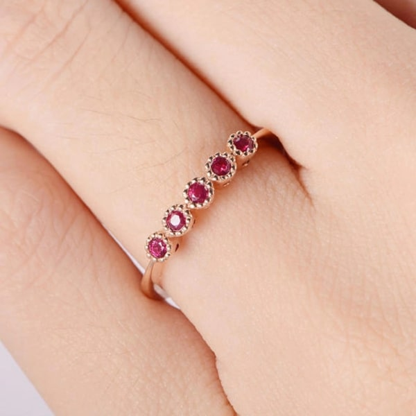 anel delicado de ouro rosé com rubi