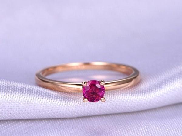 anel solitário de ouro rosé e rubi