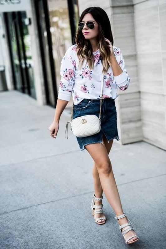 look com saia jeans e bolsa transversal branca