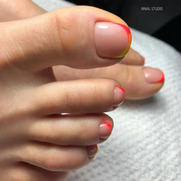 unhas do pé decoradas com francesinha neon