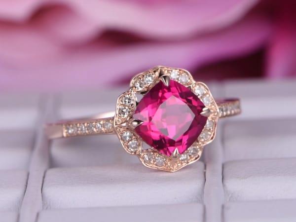 anel luxuoso em ouro rosé com rubi e diamantes