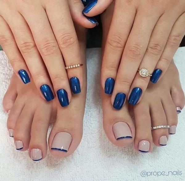 unhas do pé decoradas com francesinha azul