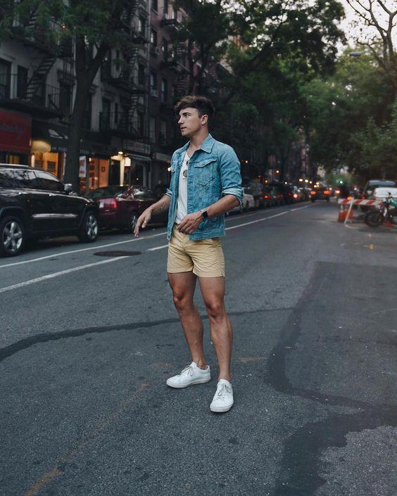 look masculino moderno com bermuda e jaqueta jeans