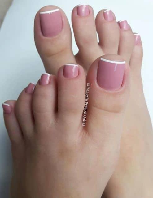 unhas do pé decoradas com francesinha em rosa e branco