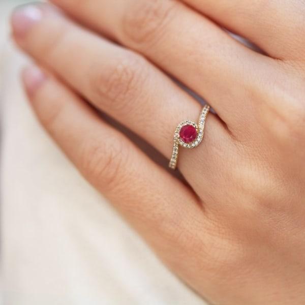 anel de rubi delicado com diamantes cravejados