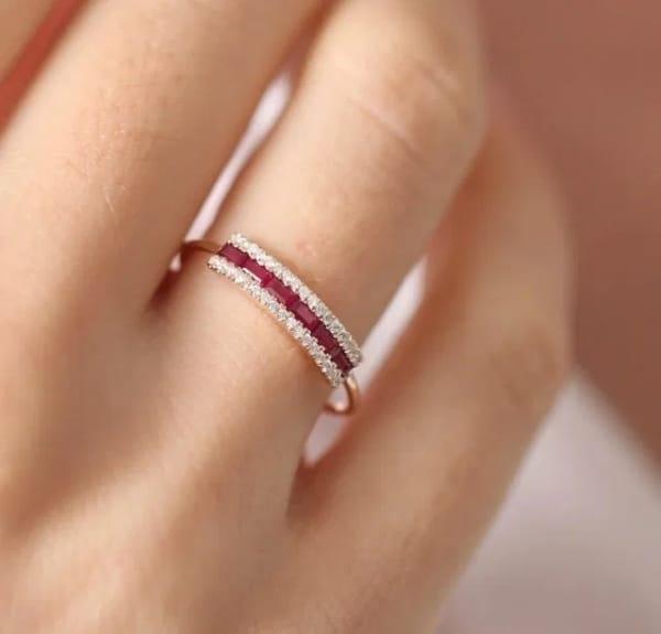anel baguete com rubi e diamantes
