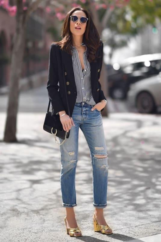 look com calça jeans destroyed e sapato dourado