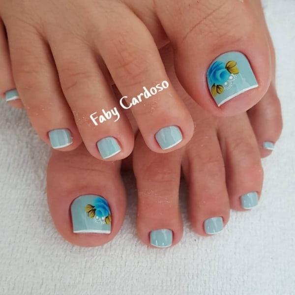pé com unhas decoradas em azul e francesinha branca