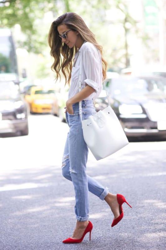 look com calça jeans e bolsa saco branca