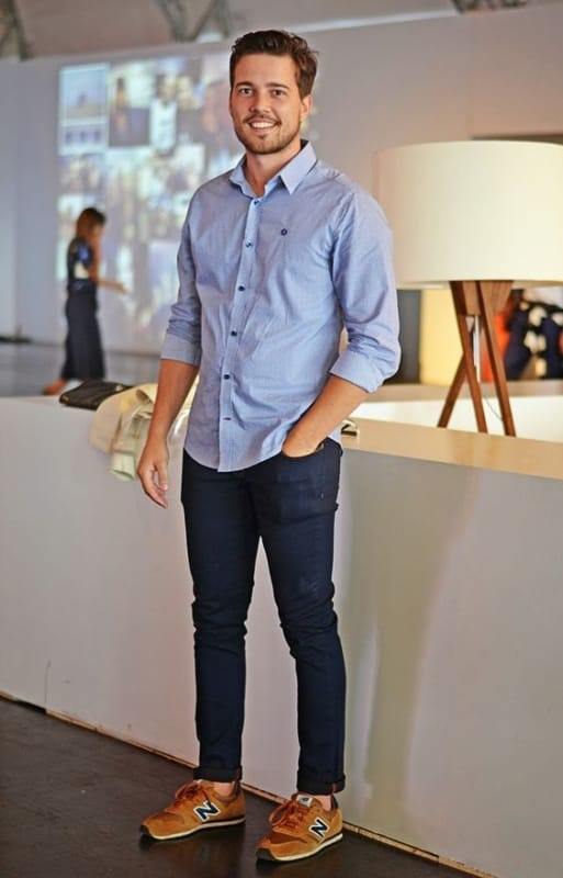 look masculino elegante e moderno com camisa social e calça jeans