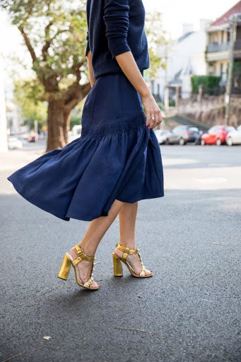 look com saia midi e sandália dourada de salto grosso
