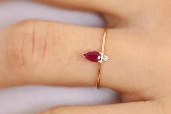 anel delicado em ouro amarelo com rubi