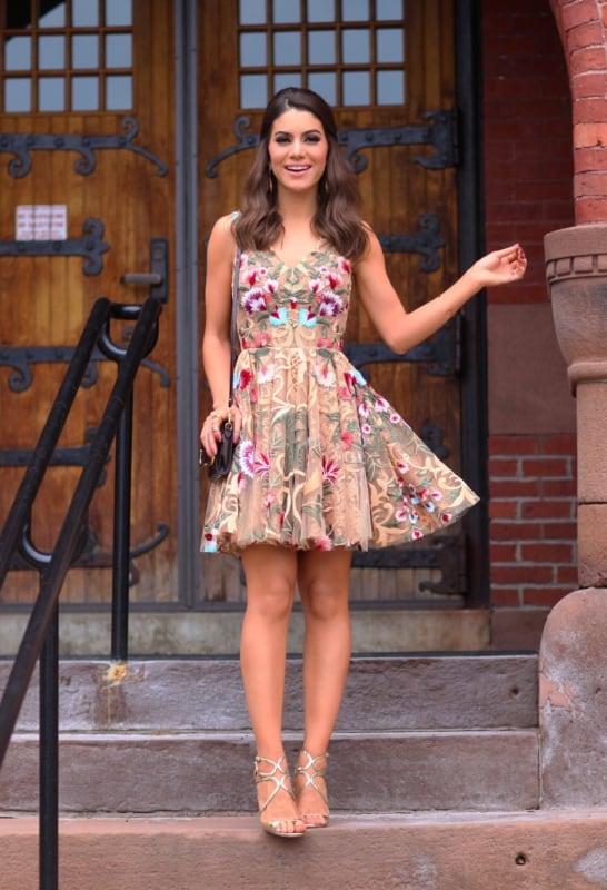 look com vestido nude bordado com flores coloridas