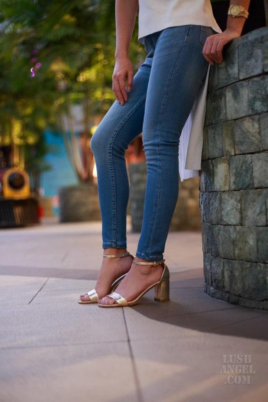 look com calça jeans e sandália dourada de salto grosso