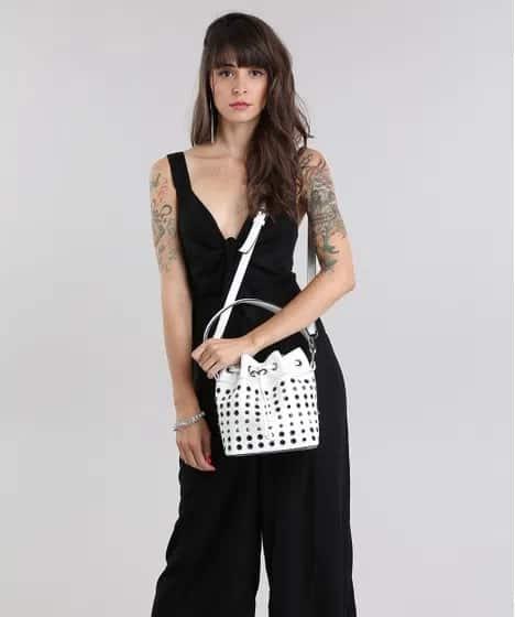 look com macacão preto e bolsa saco branca