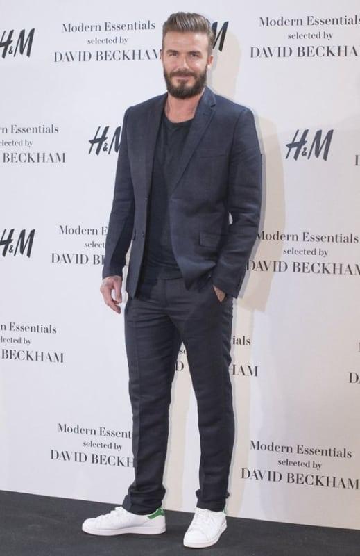 look masculino moderno com terno e tênis