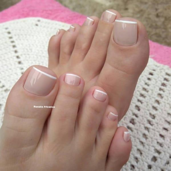 unha do pé decorada com esmalte nude
