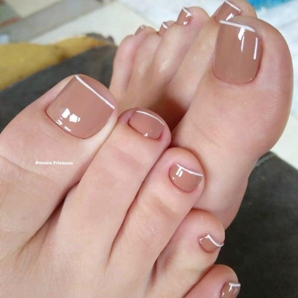 pé decorado com esmalte nude e francesinha