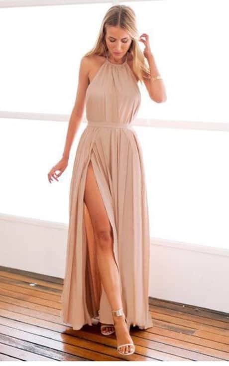 modelo de vestido longo nude com fenda