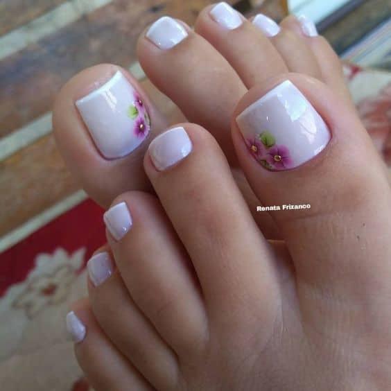 unhas do pé decoradas com francesinha e flor