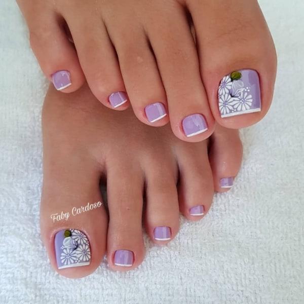unhas do pé com esmalte lilás e francesinha