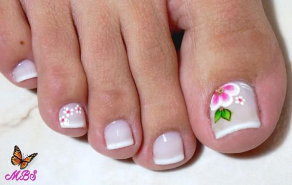 unhas do pé decoradas com flores e francesinha