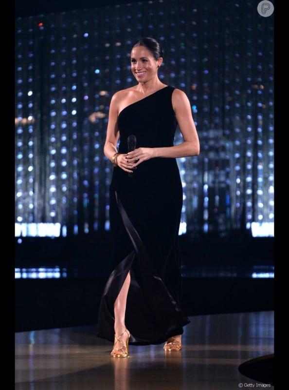 look com vestido longo preto e sandália dourada