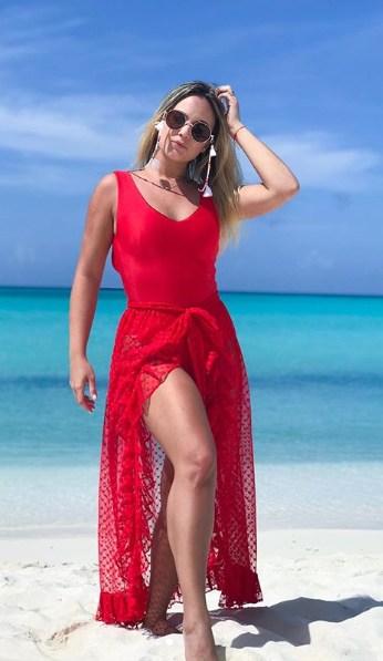 look praia com biquini e saia pareô vermelha